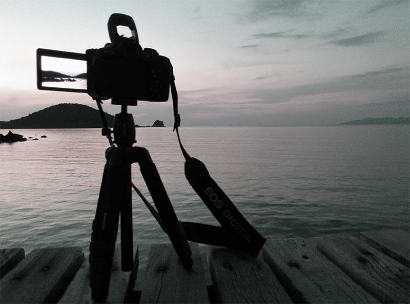 Bild von Kamera und Stativ als minimalistische Fotoausrüstung im Urlaub