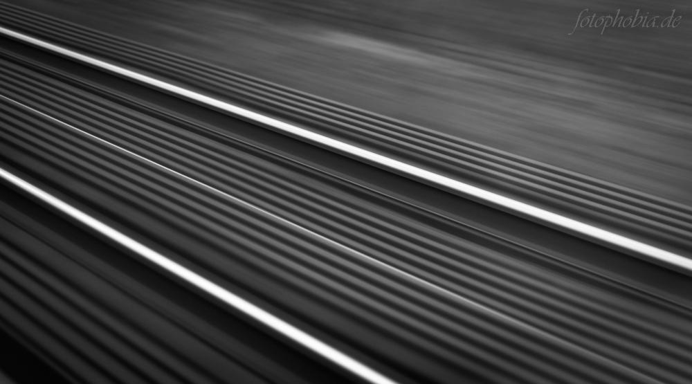 Mit einer 50mm Festbrennweite aus einem fahrenden Zug fotografiert