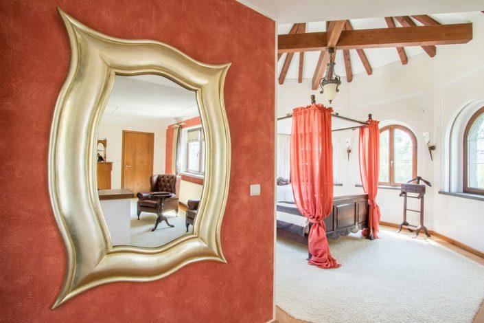 Hotelzimmer mit Spiegel fotografiert