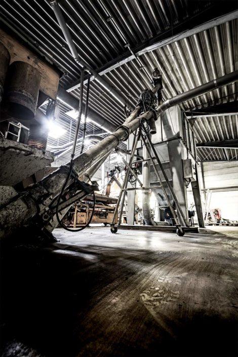 Rohre und Räder einer Industrie Anlage als HDR-Foto