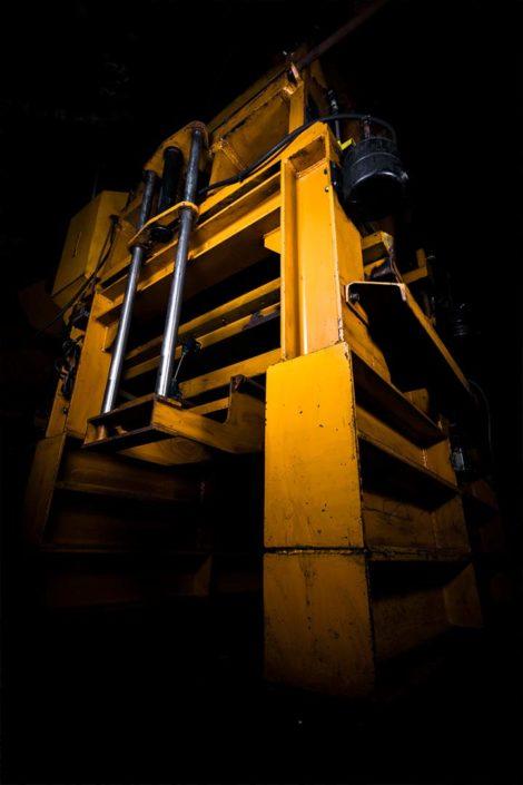 Industriemaschine mit Blitzlicht ausgeleuchtet