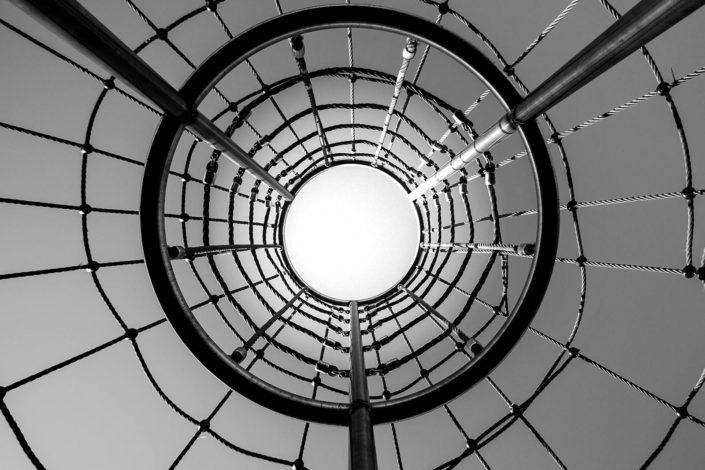 Seile und Edelstahl von unten in Richtung Sonne fotografiert