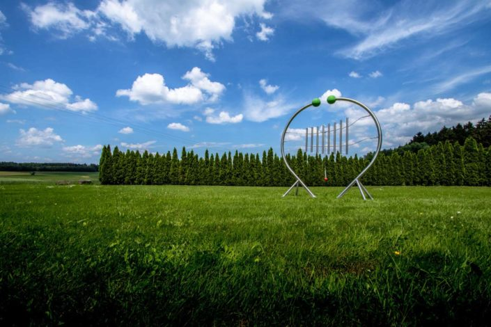 Klangspielgeräte auf einer grünen Wiese fotografiert