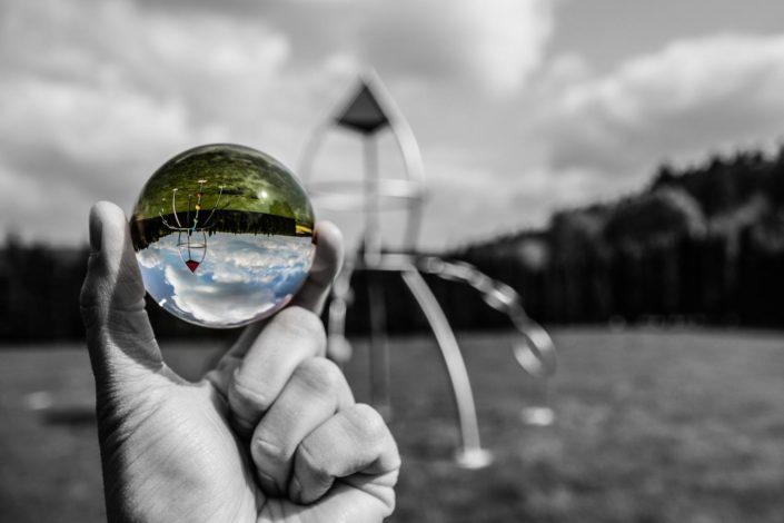 Foto einer Glaskugel mit Spielplatzgerät im Hintergrund
