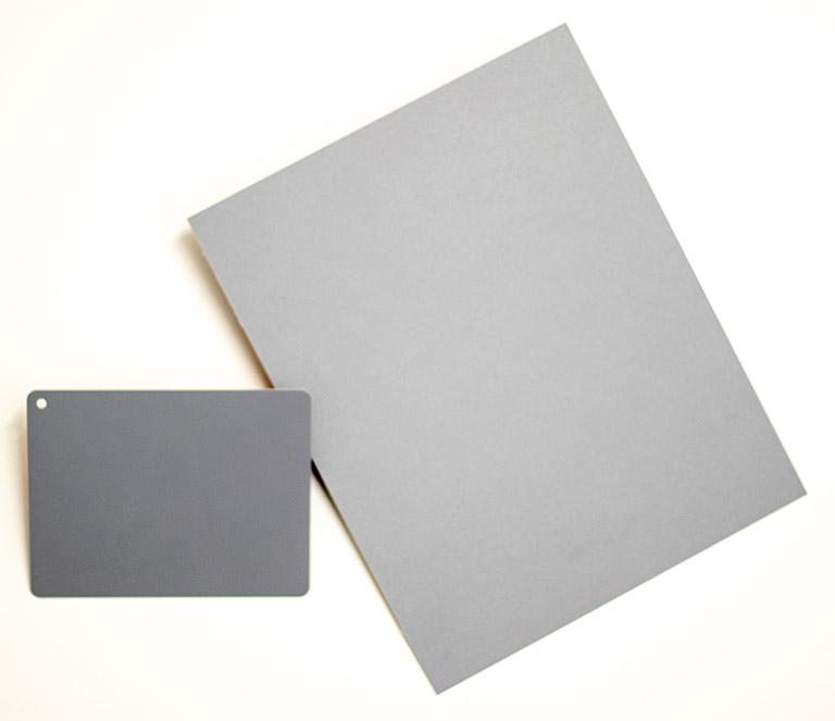 Zwei Graukarten, die zum Weißabgleich verwendet werden